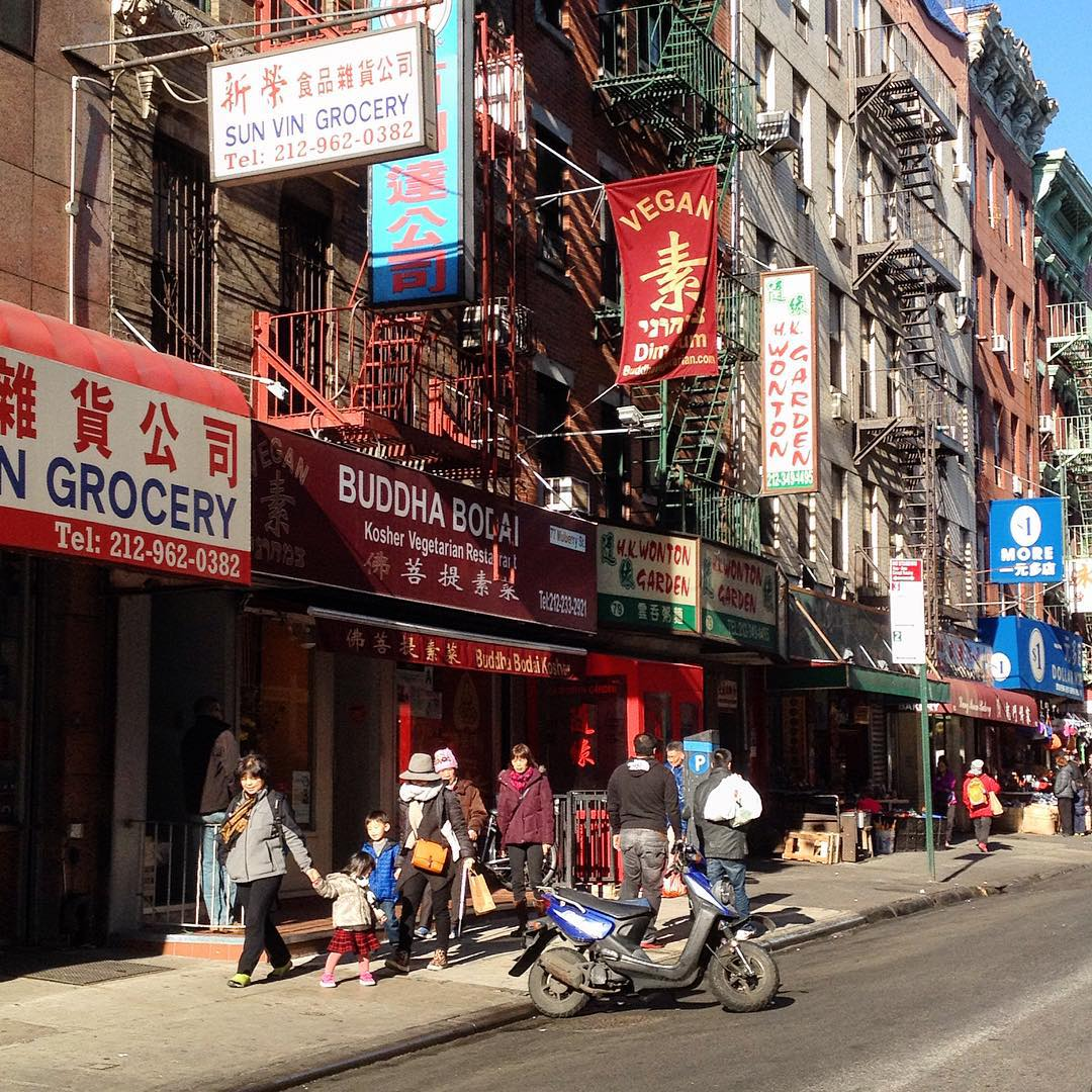 A #chinatown c'è anche un ristorantino cinese interamente vegano. Si chiama #buddhabodai e ha un menù da capogiro io ho provato il 'pollo' in salsa di pepe nero con spinacini al sesamo e già solo questo piatto era per due persone le porzioni qui sono sempre magnum! Meglio per me, che ho un appetito sempre abbondante la specialità della casa però sono i 'gamberetti' fritti in salsa rosa. Presto sul blog vi parlerò più nel dettaglio di questo posto è degli altri che stiamo testando ❤️❤️ #chinatown #chinesefood #newyorkcity #nyc #veganfood #veganism #veganchoice #healthychoices #veganrestaurant #veganchinese #veganchinesefood