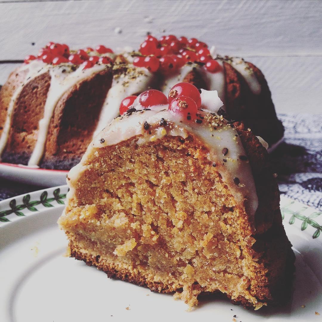 Fettina? Vi aspetto per l'ora del tè sulla balenina, link in bio #teatime #onthetable #ciambellone #bundtcake #persimmon #persimmoncake #persimmonvegancake #persimmonbundtcake