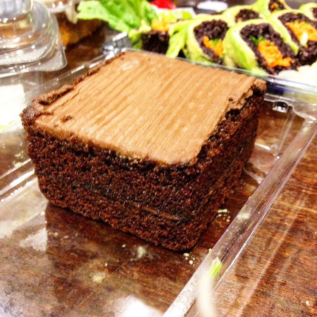 oggi porzioncina di torta vegan al triplo cioccolato fondente, farcita con ripieno di crema al cioccolato, gocce di cioccolato, ricoperta di glassa, dal peso specifico del marmo... #wholefoodmarket #mangioatutteleore #vegan #vegancake #ciaomagre #dadomanidieta #veganchoice #notsohealty #veganlunchbox #veganfood #chococake #chocolatevegancake #nyc #newyorkcity #veganinnewyork #veganlife