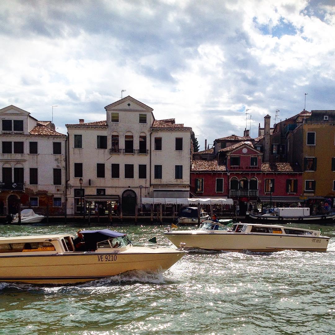 Saluto #Venezia e i magici incontri di questi giorni.. grazie di ❤️❤️❤️ @la.sissa @mari.zeta.52 @manuela_vegeintable @liobia per aver reso speciale ogni cosa  torno a casa con 3 kg buoni in più  #abboffate #friends #venice #italy #vaporetto #canalgrande #giudecca #sky #laguna #homangiatotroppifalafel