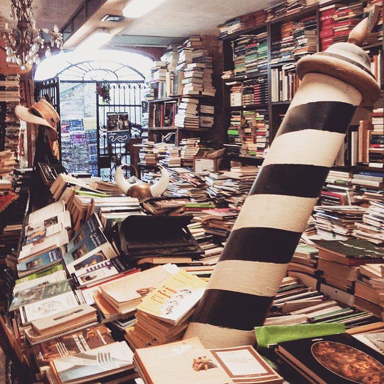 Lasciatemi qui #libreriaacquaalta #venezia grazie @sophiaveg per il consiglio #libreria #bookshop #book #instabook #libreria #leggere #booklover #gondola