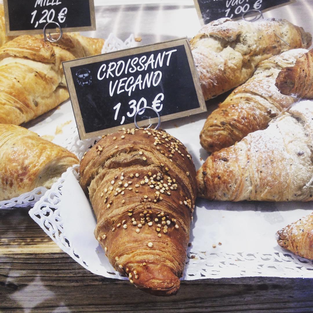 E chi resiste? Miooo! #croissant #vegan #veganfood #colazionepigra #bar #italianfood #whatveganseat #brioches #cappuccinodisoia #foodie #veganfoodie
