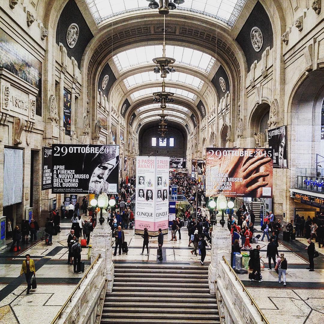 Ogni volta che torno, provo la stessa sensazione di non appartenenza. E dire che Milano è la città dove sono nata e cresciuta. #milanotiamotiodio #stazionecentrale #centralstation #station #trainstation #trainstagram #milano