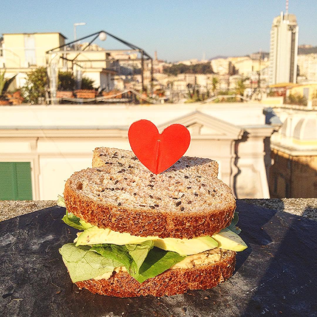 Merendina: sandwich integrale con hummus, lattuga, avocado e vinagrette di kombucha #languorino #avocado #avo #avotoast #avosandwich #sandwich #kombucha #view #whatveganseat #vegan #veganchoice #spuntino